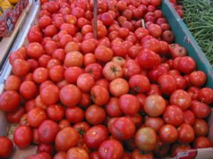 Loose tomatoes at a produce stand
